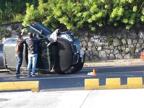 Carro vuelca tras choque contra microbus a la altura de Molsa