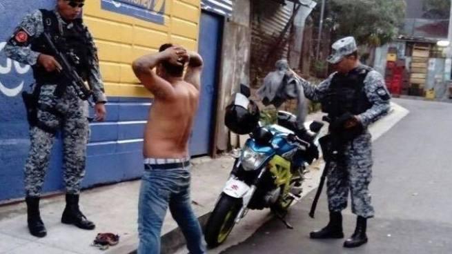 Capturan a 3 pandilleros durante intento entrega de armas y drogas en La Tiendona