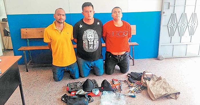 Atrapan a sujetos cuando abrían y hurtaban dentro de vehículos en Santiago Nonualco