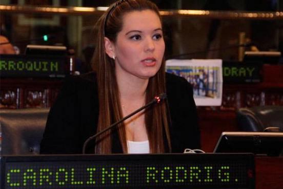 Diputada Carolina Rodríguez reta a ARENA y se sienta en su antiguo curul