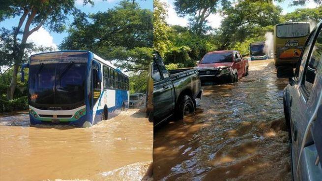 Río Grande de San Miguel se desborda e inunda carretera El Litoral