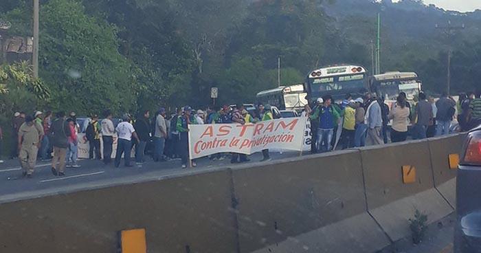 Sindicalistas cierran carretera Los Chorros en protesta por el despido de empleados municipales