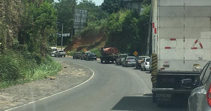 Cierran el paso de la carretera al Puerto de La Libertad por dinamitación de rocas