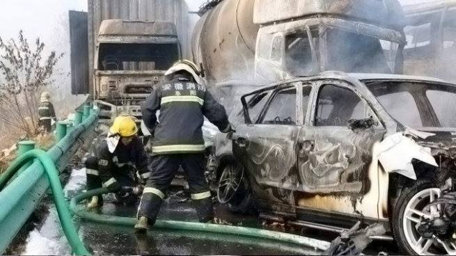 18 fallecidos deja el choque entre más de 30 vehículos en China