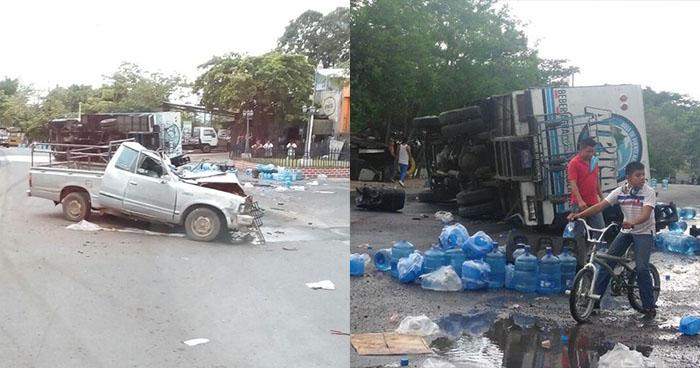 Choque entre camión repartidor de agua y pick up deja tres personas lesionadas