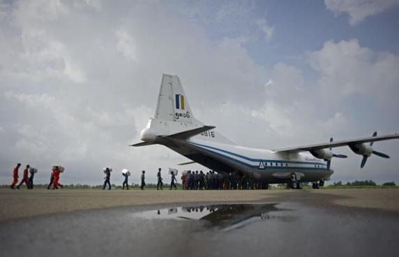 Desaparece avión del ejército Birmano con más de 100 personas a bordo