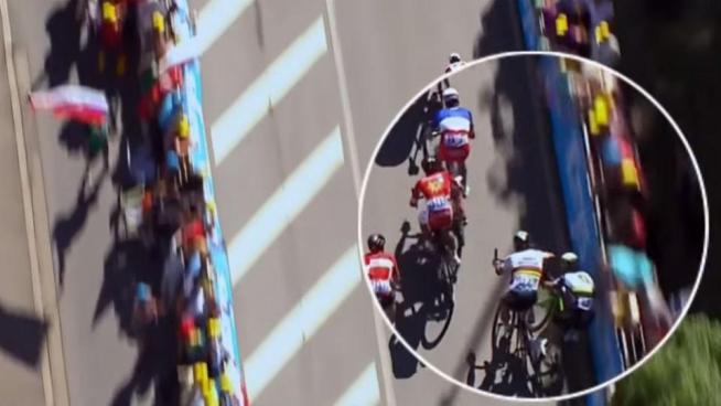 Expulsan al campeón del Tour de Francia tras darle un codazo a otro ciclista