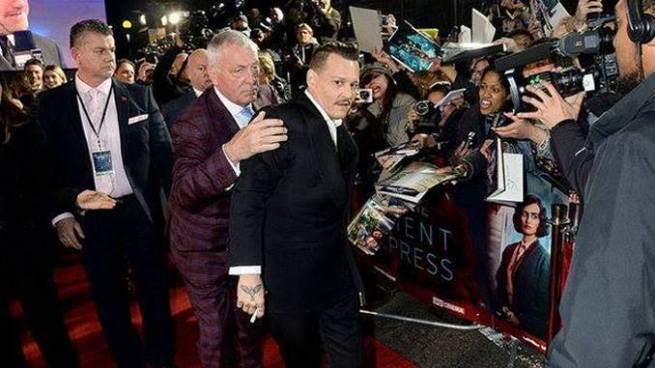 Johnny Depp llega 'pasado de copas' al estreno de Asesinato en el Oriente Express
