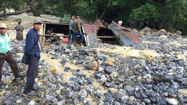 Derrumbe en Guatemala deja dos muertos y varios desaparecidos