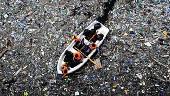 Descubren en pleno océano Pacífico una isla de plástico del tamaño de México