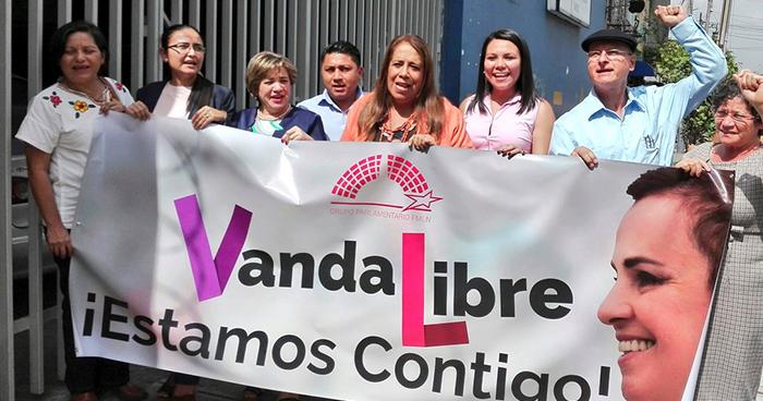 Diputados del FMLN visitan a la exprimera dama Vanda Pignato en hospital del ISSS