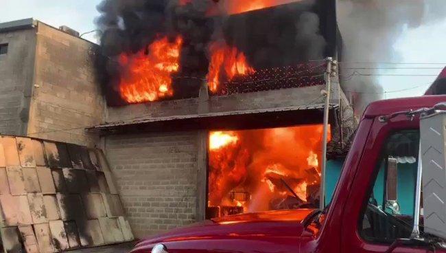 Fuerte incendio consumió bodega en colonia de San Miguel