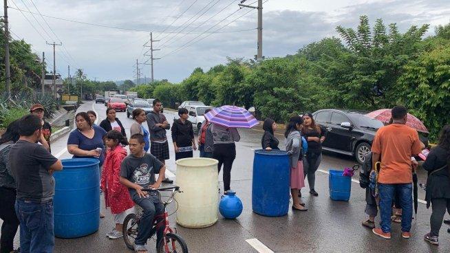 Bloquean paso vehicular en carretera de Oro por falta de agua