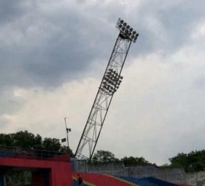Torre de iluminación sufre daños por lluvias en el Estadio Oscar Alberto Quiteño