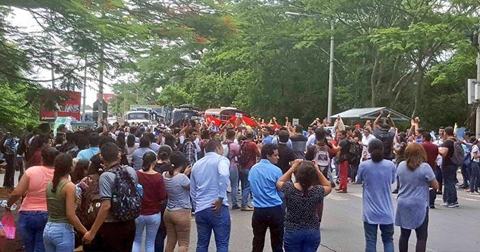 Estudiantes de la UES de San Miguel cierran carretera en protesta por la privatización del agua