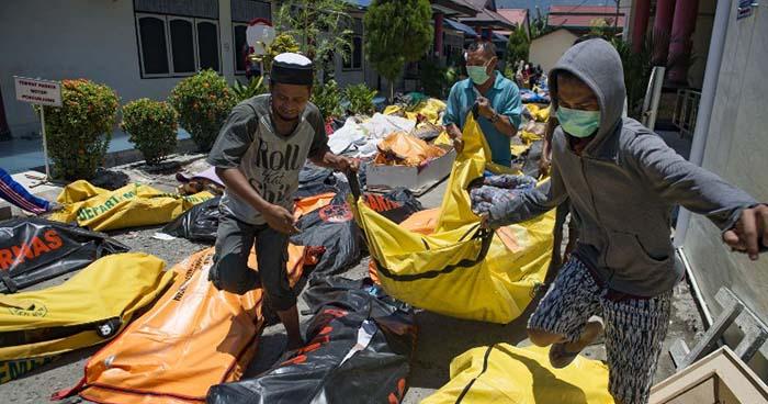 Aumenta a más de 800 la cifra de muertos tras tsunami provocado por un fuerte terremoto en Indonesia