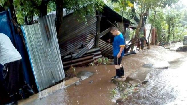 Evacúan a familia en Usulután luego su vivienda resultara dañada por las lluvias