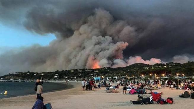 Evacúan a 10 mil personas por incendio forestal en Francia