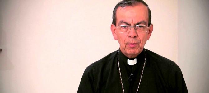Monseñor Rosa Chávez realiza misa antes de viajar a Roma
