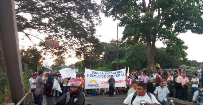 Guatemaltecos bloquean carreteras y exigen la renuncia del presidente Jimmy Morales