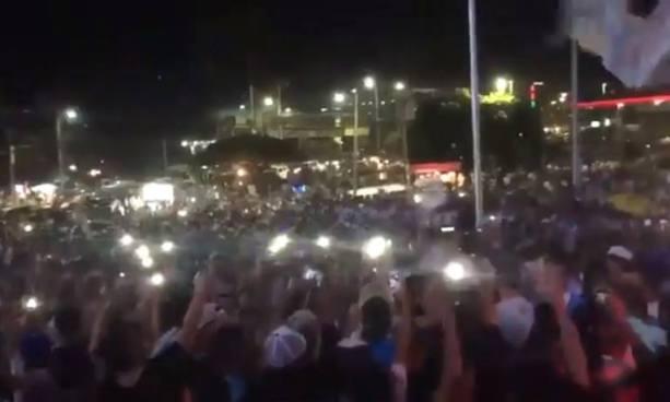 Aficionados del Alianza corearon un mensaje a Carlos Calleja al momento que Bukele llegaba a la celebración de la 12