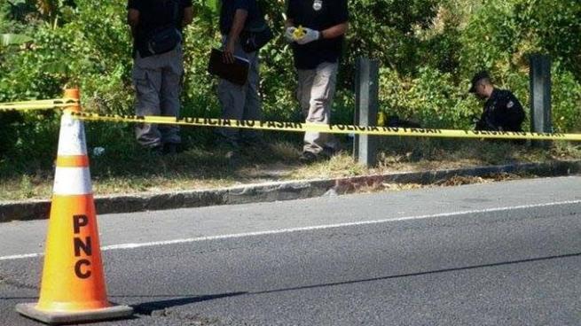 Hombre muere al ser atropellado cuando cruzaba carretera de Sonsonate