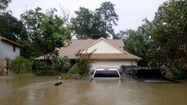 Huracán Harvey: Rescatan a niña aferrada al cuerpo de su madre ahogada