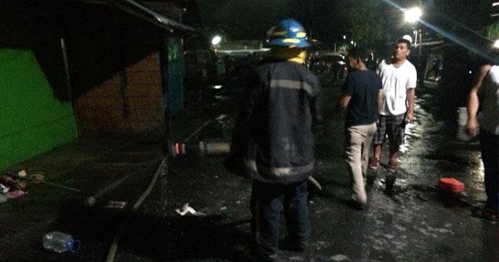 Voraz incendio consume locales en antigua terminal de buses de Sonsonate