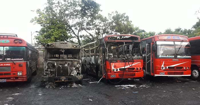 Incendio consume dos autobuses de la ruta 10 en Ciudad Delgado