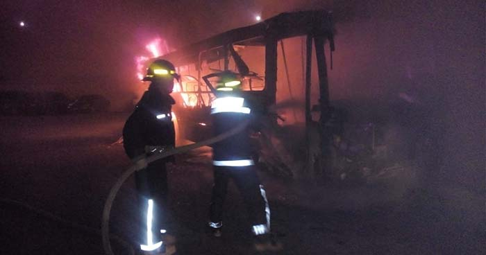 Incendio reduce a chatarra un autobús en un taller de Santa Ana