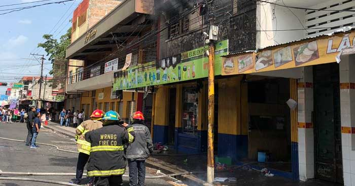 Fuerte incendio consume parte de centro comercial en el centro de San Salvador