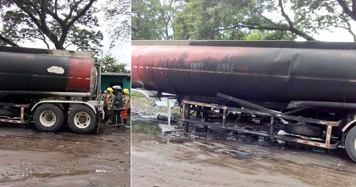 Bomberos sofocan incendio de pipa que transportaba material inflamable en Aguilares