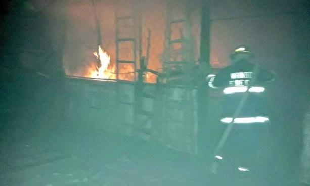 Incendio en mercado de Santa Tecla consume una bodega y varios vehículos