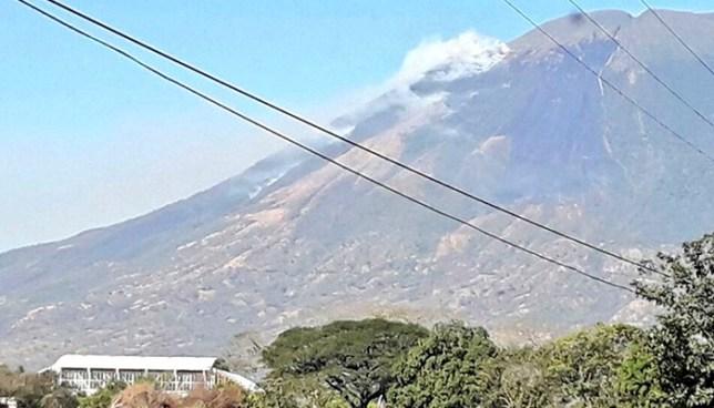 Ejercicios militares provocan incendio en el volcán Chaparrastique de San Miguel