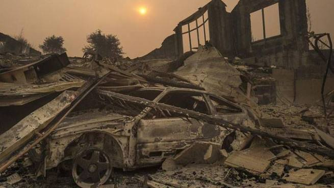 Suben a 33 las víctimas mortales por los incendios forestales en California