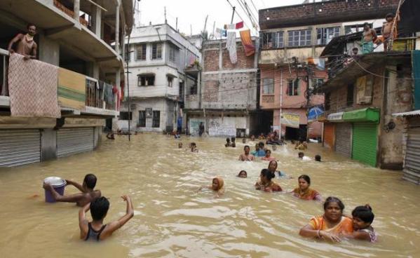 Al menos 3 muertos y 200 mil afectados por inundaciones en la India