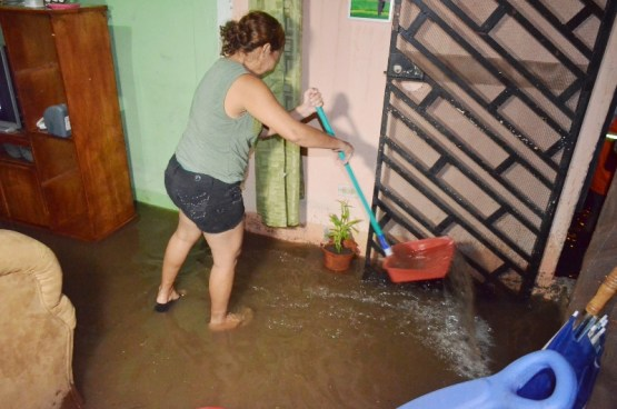 Fuertes lluvias inundaron cinco casas en el Barrio San Rafael de Santa Ana