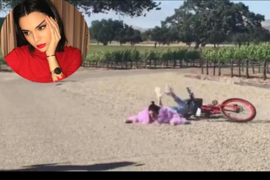 Kendall Jenner se cae de una bicicleta