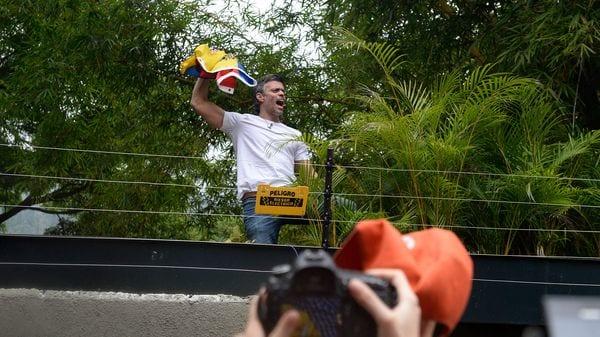 Desde arresto domiciliario Leopoldo López hace su primera aparición al público