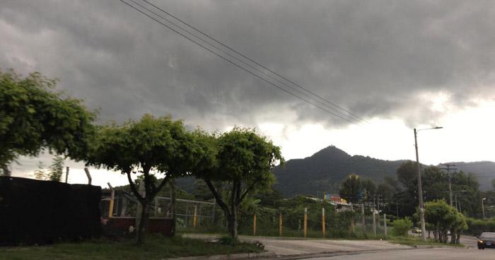 Probabilidad de lluvia para finales de la tarde iniciando desde la zona paracentral hacia el occidente