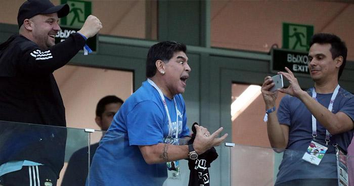 FIFA quita cargo de embajador a Maradona por gestos obscenos contra aficionados