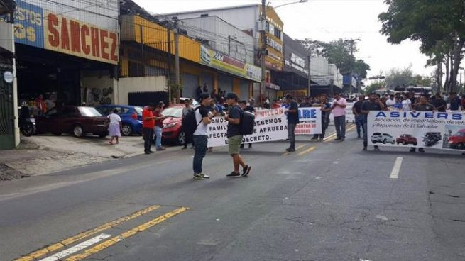 Importadores de autos realizan marcha hacia la Asamblea Legislativa