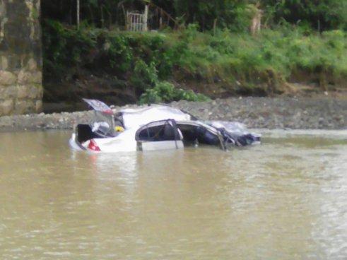 Dos personas fallecidas al caer un vehículo del puente Melara en La Libertad