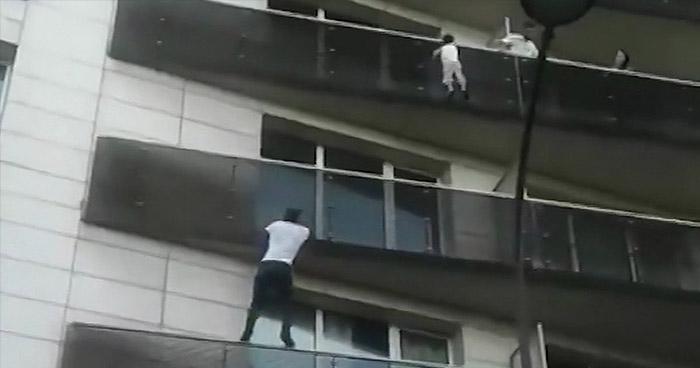 Migrante se convierte en héroe al salvar a niño que colgaba de un apartamento en París