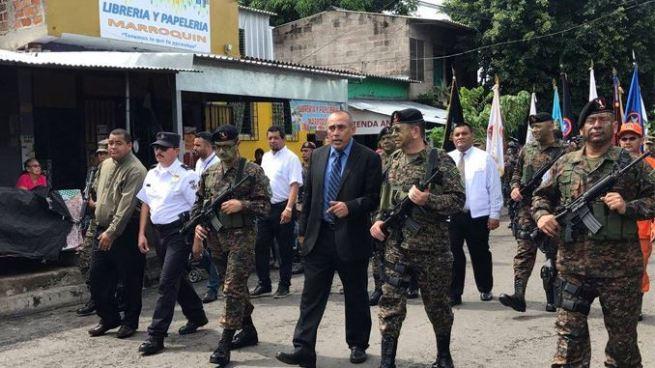 Militares realizan desfile en Sonsonate como acto de cierre del mes cívico