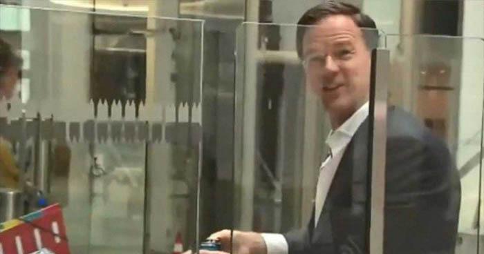 Esto es lo que hizo el primer ministro holandés luego de derramar su café