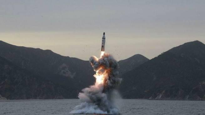 Arabia Saudí intercepta y destruye misil balístico