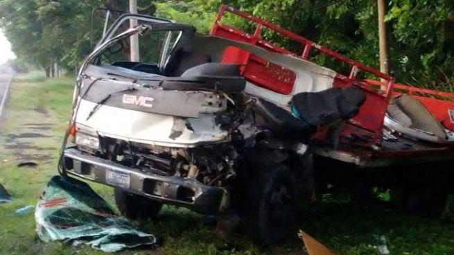 Un muerto y 3 lesionados tras choque entre un autobús y un camión en Morazán