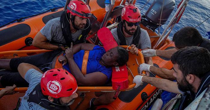 Localizan a náufraga que se aferraba a dos cadáveres en el mar Mediterráneo