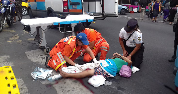 Mujer gravemente herida tras ser atropellada por un autobús R-29 en San Salvador